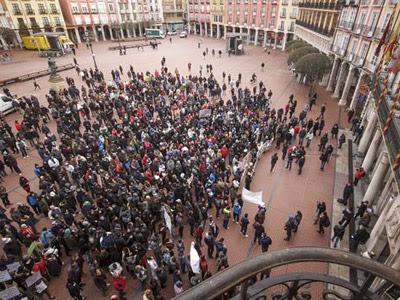 Vecinos del barrio de Gamonal a las puertas del Ayuntamiento de Burgos