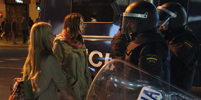Los agentes identifican a dos jóvenes en Gran Vía, unos minutos después de cargar contra la protesta, que tuvo lugar después de la celebración de una asamblea en Sol. A. LÓPEZ DE MIGUEL.