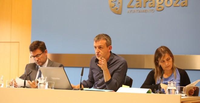 El concejal de Economía de Zaragoza, Fernando Rivarés, acompañado por Miguel Ruiz y Ana Sanromán, responsables del área. E.B.