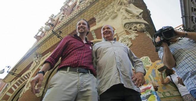 El cabeza de lista de Catalunya Sí Que es Pot, Luís Rabell (d), y el secretario general de Podemos, Pablo Iglesias (i), comentan la actualidad política frente al Palau de la Música. EFE/Alejandro García