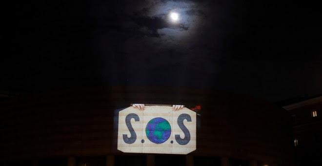 Activistas de Greenpeace proyectan un vídeo en la fachada de el Senado en Madrid para reclamar acciones contra la crisis climática. REUTERS/Susana Vera