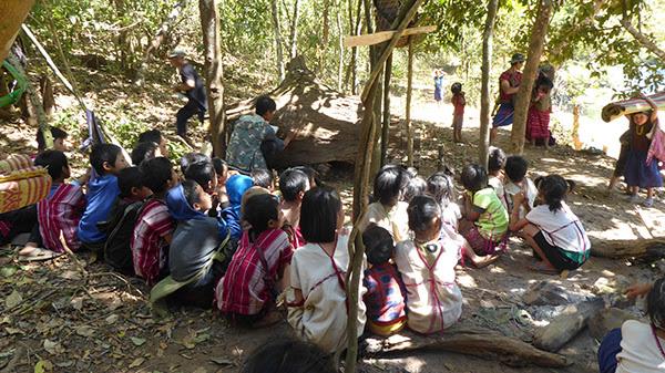 Trường tiếp tục trong rừng bằng cách sử dụng một cây đã ngã xuống như một cái bảng đen