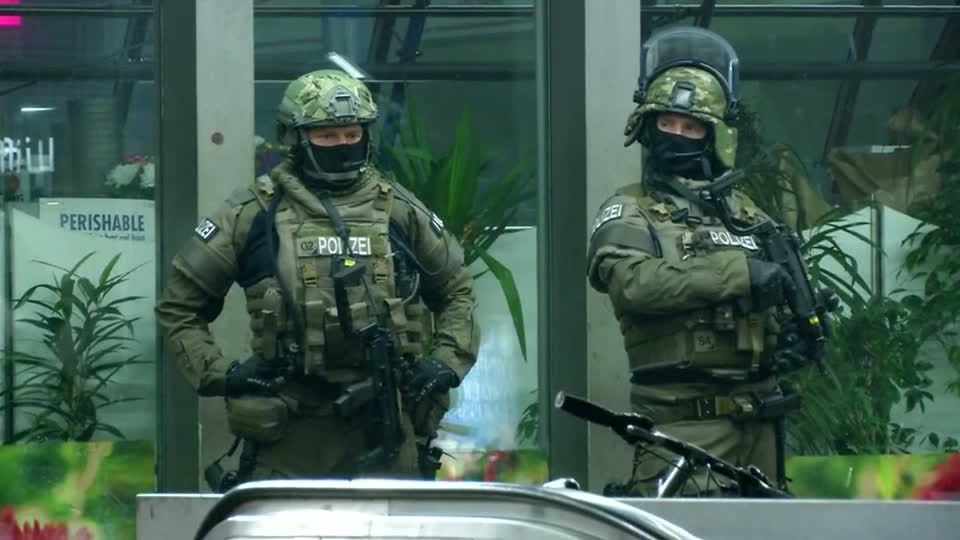 Police evacuate two Munich train stations, citing militant threat