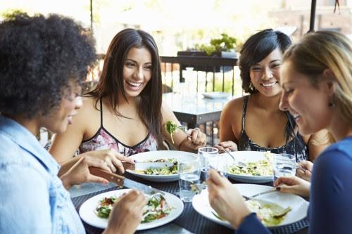 Com um bom planeamento, é possível manter uma alimentação adequada sem ter de abdicar de se divertir ou sem comprometer a sua saúde