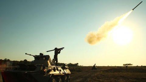 """Un soldado dispara un cohete portátil de defensa aérea durante los juegos militares internacionales """" Masters of Antiaérea Batalla - 2015 """" a las afueras de la ciudad sureña rusa de Yeisk. AFP PHOTO / SERGEI VENYAVSKY"""
