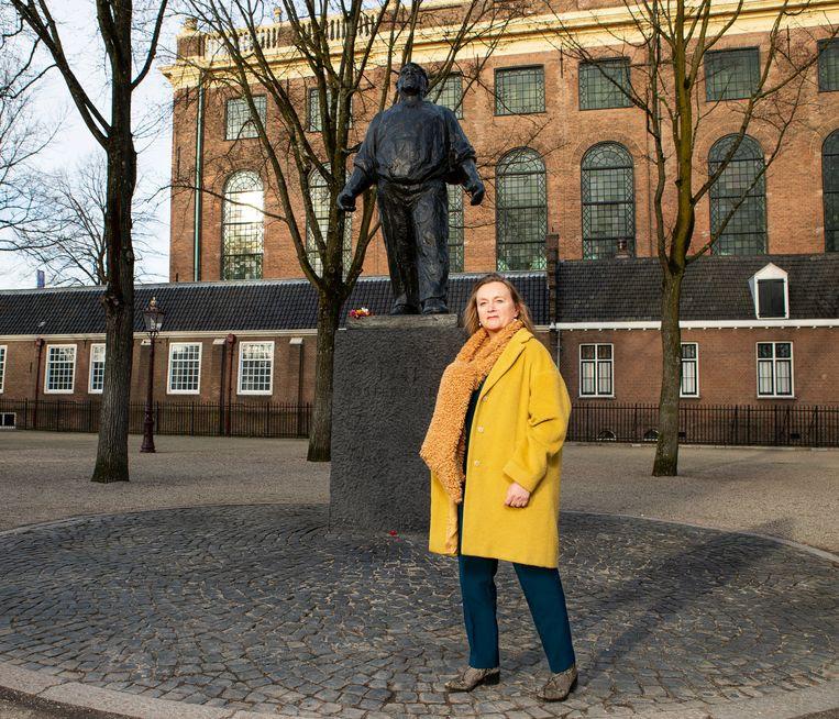 Marjan de Boo, achterkleinkind van stakingsleider Joop IJisberg, op het Jonas Daniël Meijerplein in Amsterdam. Beeld Martijn Gijsbertsen