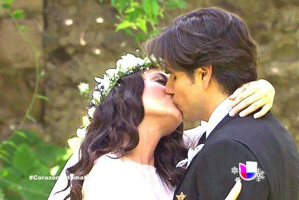 Resultado de imagen para beso de pareja romantica boda