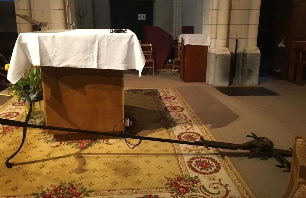 Umgestürztes Kreuz in der Kirche Saint-Nicolas.
