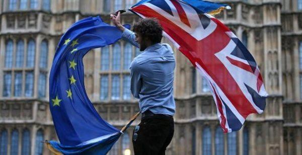 Αντιδράσεις στη Βρετανία για το ενδεχόμενο υποχρέωσης βίζας για ταξίδια στην ΕΕ