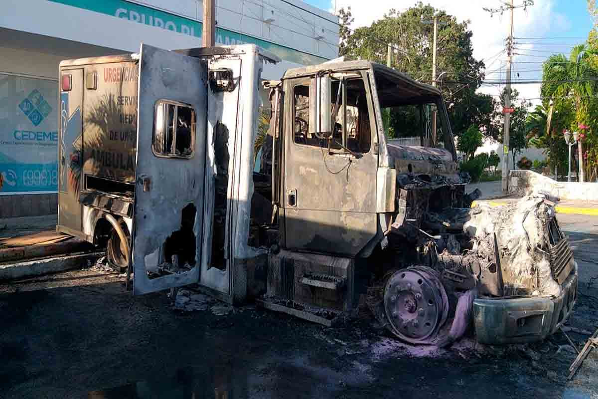 Queman ambulancias de hospital privado en Cancún por no pagar derecho de piso