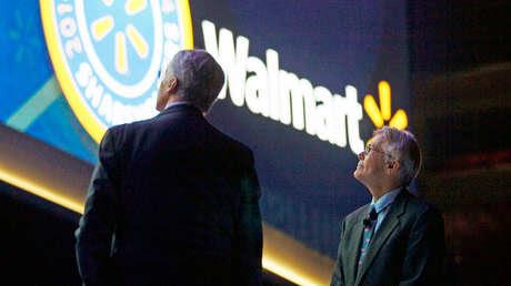 El presidente del Consejo de Administración de Walmart Rob Walton, junto a su hermano Jim, en Fayetteville, Arkansas, el 6 de junio de 2014.