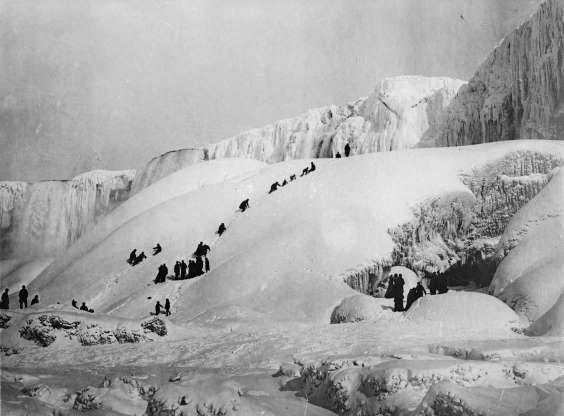 Mọi người đang chơi đùa ở thác nước Niagara đóng băng năm 1919.