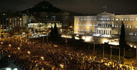 Miles de manifestantes llenan la la plaza Syntagma en Atenas. Reuters