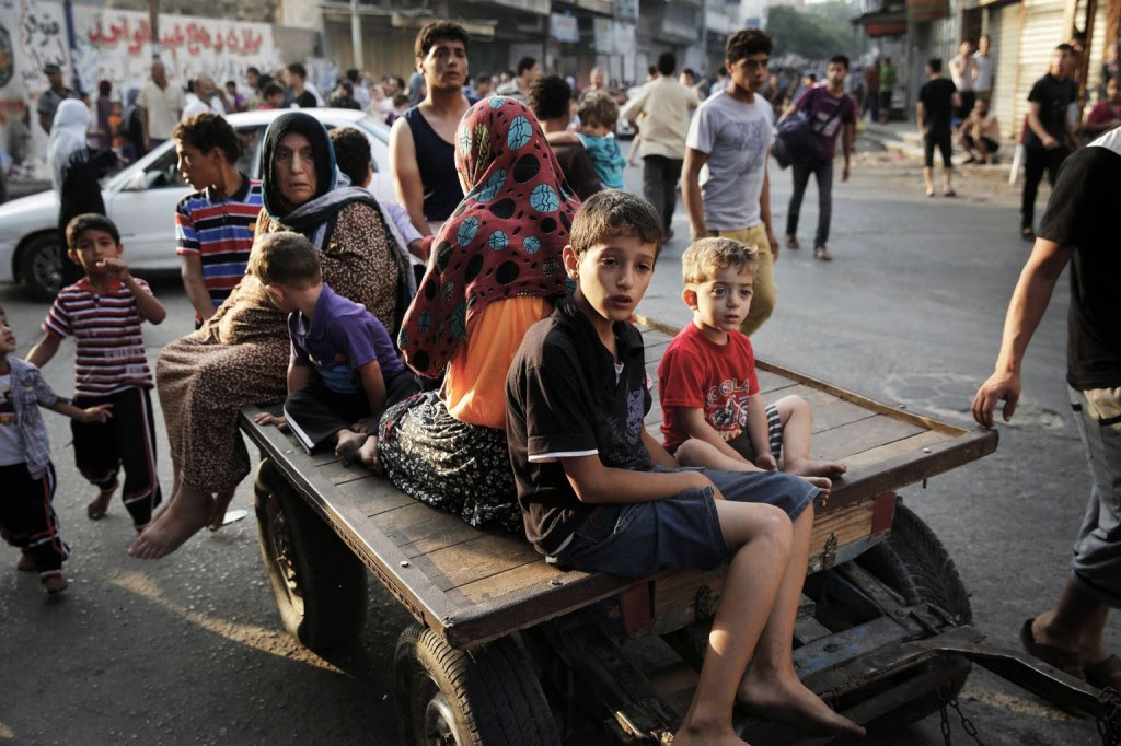 Palestinians flee the Shujayeh neighbourhood during heavy Israeli shelling in Gaza City July 20, 2014. REUTERS/Finbarr O'Reilly