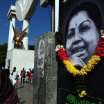 Des fidèles de Jayalalithaa, quatre fois ministre en chef du Tamil Nadu et décédée le 5 décembre 2016, lui rendent hommage à l'extérieur du mémorial MGR à Chennai, le 7 décembre 2016. (Crédits : Times of India/B A Raju/via AFP)