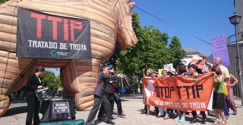 La performance realizada este martes en Madrid contra el TTIP. /ALEJANDRO LÓPEZ DE MIGUEL