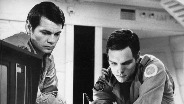 Os atores Gary Lockwood (à esquerda) e Keir Dullea em uma cena de '2001: Uma Odisseia no Espaço', dirigido por Stanley Kubrick