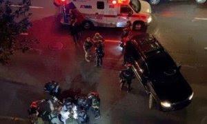 La víctima de un disparo en Portland, rodeada de médicos y policías. / REUTERS