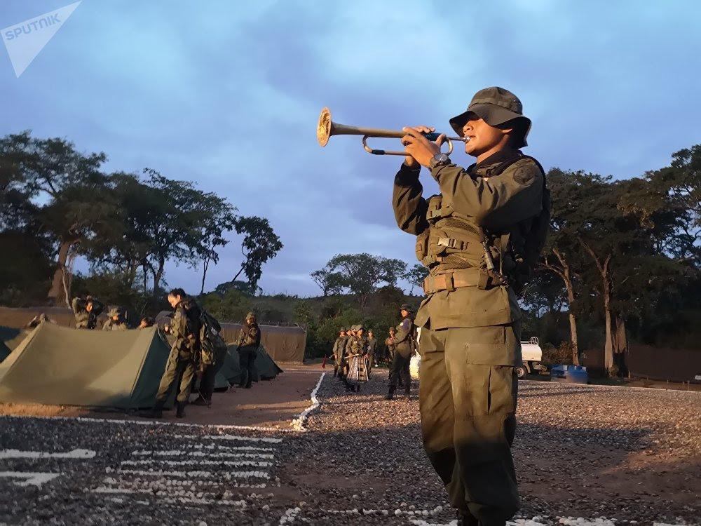 Cadete toca la diana en el campamento de la Academia de la Aviación Militar Bolivariana