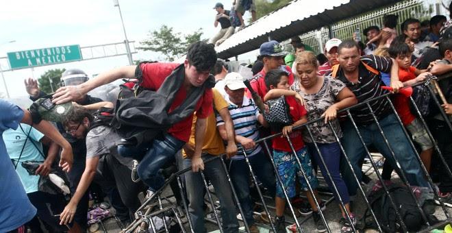 La policía de Guatemala trate de evitar el paso de migrantes hondureños a México. - REUTERS