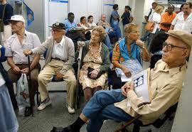 Resultado de imagem para fotos de aposentados num posto da previdência