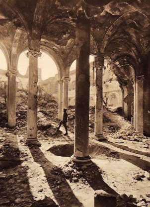 Một người lính đứng trong đống đổ nát tại một thánh đường ở Arras, Pháp.