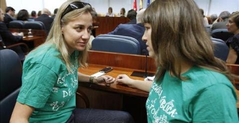 La diputada regional de IU, María Espinosa, junto a Tania Sánchez en la Asamblea de Madrid. -EFE