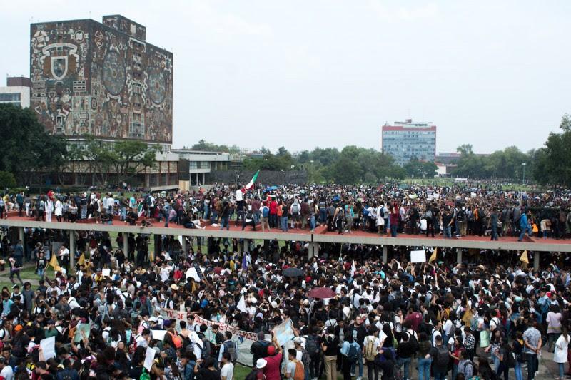 <p>La marcha llegando al área del Rectorado en Ciudad Universitaria. A la izquierda, la icónica Biblioteca Central.</p>