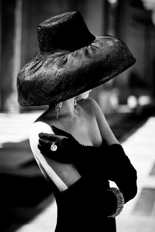 INSPIRATION TO DRAW fashion photography - black and white photography - black glamour hat and gloves Vintage Dior, Vintage Fashion, Vintage Black, Vintage Couture, Vintage Style, Estilo Glamour, Foto Fashion, Love Hat, Cool Hats