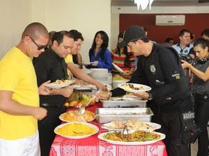 Convidados do almoço começam a se servir com a carne de jumento (Foto: Marcelino Neto/G1)