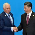 """Le Premier ministre malaisien Najib Razak serre la main du président chinois Xi Jinping lors de l'ouverture du Belt and Road Forum sur le projet de """"Nouvelles Routes de la Soie"""", à Pékin le 15 mai 2017. (Crédits : AFP PHOTO / POOL / Kenzaburo FUKUHARA)"""