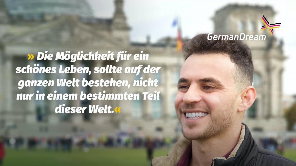 Fahad Al-Daoud vor dem Bundestagsgebäude in Berlin; Neben seinem Konterfeit sein Zitat: