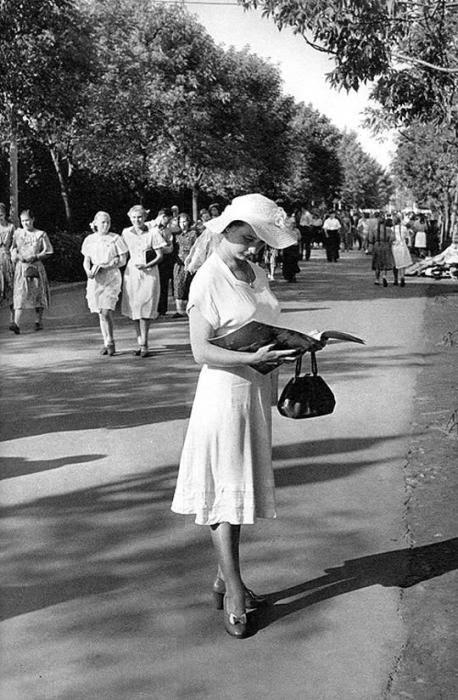 Девушка в Центральном парке культуры и отдыха имени Горького. СССР, Москва, 1954 год.