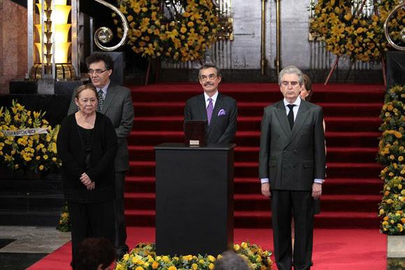 La viuda e hijos de Gabriel García Márquez, así como el titular de Conaculta, Rafael Tovar y de Teresa, montan la primera guardia de honor en el homenaje al escritor colombiano en el Palacio de Bellas Artes de la capital mexicana. Foto Notimex