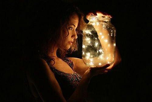mujer sujetando un tarro con luciérnagas que representa la verdad