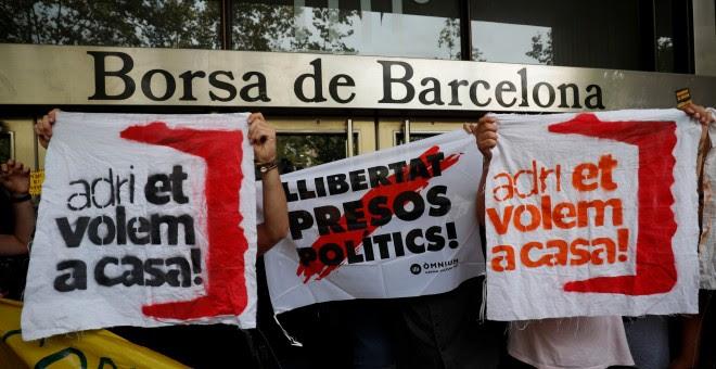 Manifestantes junto a la Bolsa de Barcelona. - REUTERS