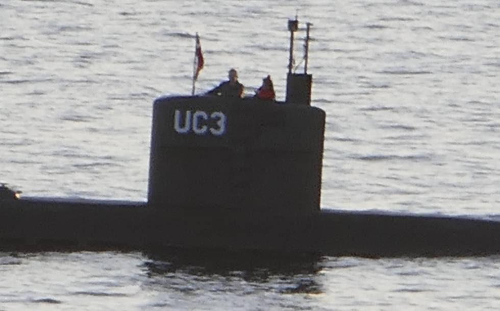 Foto del submarino que muestra supuestamente a Madsen y Wall, de rojo, en el puente de la nave el 10 de agosto.