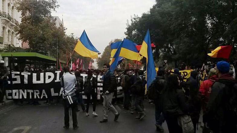 A pesar de no tener la autorización de la Intendencia Metropolitana, los jóvenes iniciaron su movilización por La Alameda, con intención de llegar a la casa de Gobierno.