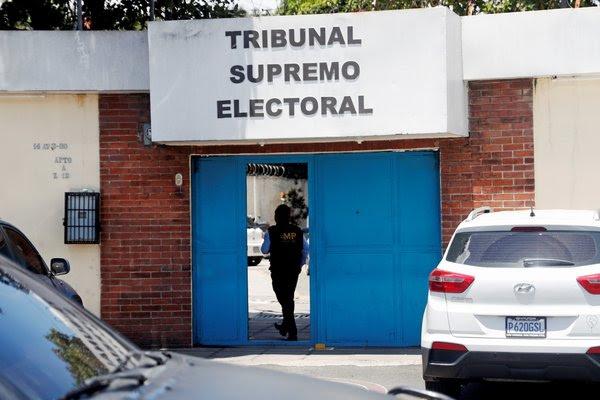 Un agente del Ministerio Público guatemalteco durante las operaciones en el Tribunal Supremo Electoral, en Guatemala, el 26 de junio