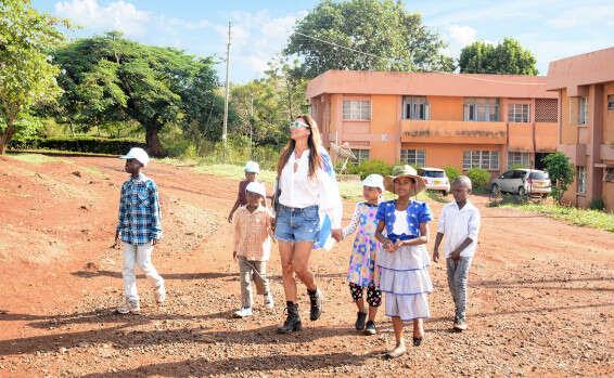 עם ילדי בית היתומים, בדרך לתפילה בכנסייה במושי.