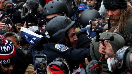 """Un policía recuerda el asalto al Capitolio, cuando fue atacado con un táser y la multitud gritaba """"¡mátenlo con su propia arma!"""""""