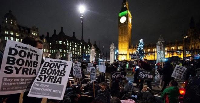 Manifestantes protestan contra los ataques aéreos en Siria frente al Parlamento en Londres (Reino Unido).