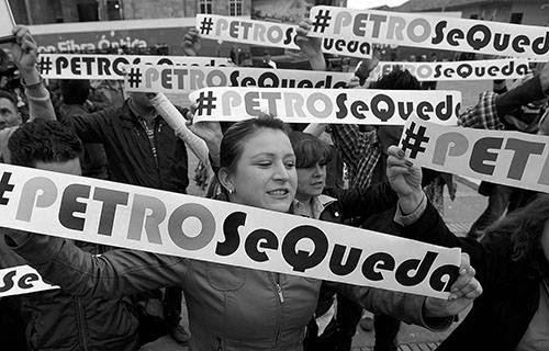 Manifestantes gritan consignas en contra del procurador general de Colombia, Alejandro Ordóñez, por destituir al alcalde de Bogotá, Gustavo Petro, en la Plaza de Bolívar, en Bogotá (Colombia). / Foto: Mauricio Dueñas Castañeda, Efe