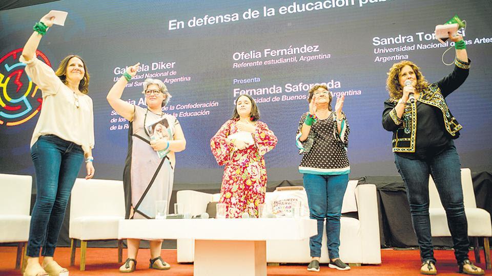 Gabriela Diker, Sandra Torlucci, Ofelia Fernández, Sonia Alesso y la moderadora del debate, Fernanda Saforcada.