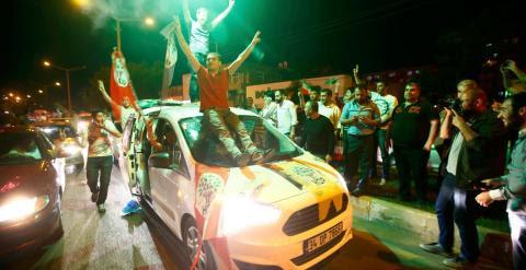 Partidarios del HDP celebran en una calle los resultados de las elecciones Turcas.-  REUTERS/Osman Orsal