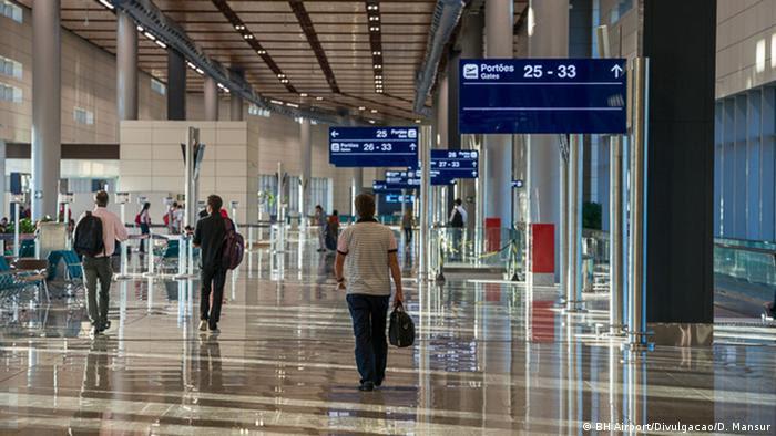 Pessoas andam em aeroporto