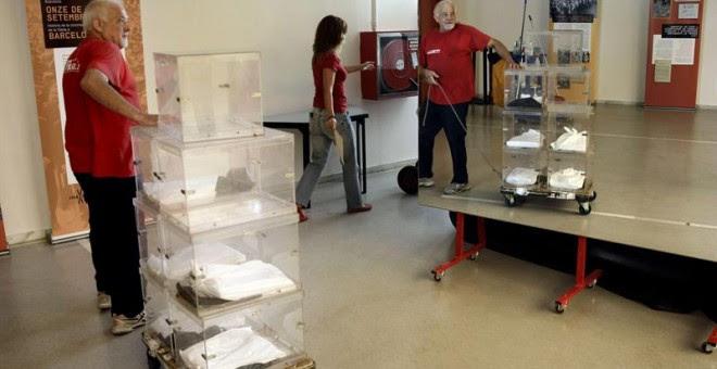 Un operario de la empresa encargada de repartir el material electoral transporta varias urnas para entregar en un colegio electoral el pasado viernes. EFE/Alberto Estévez