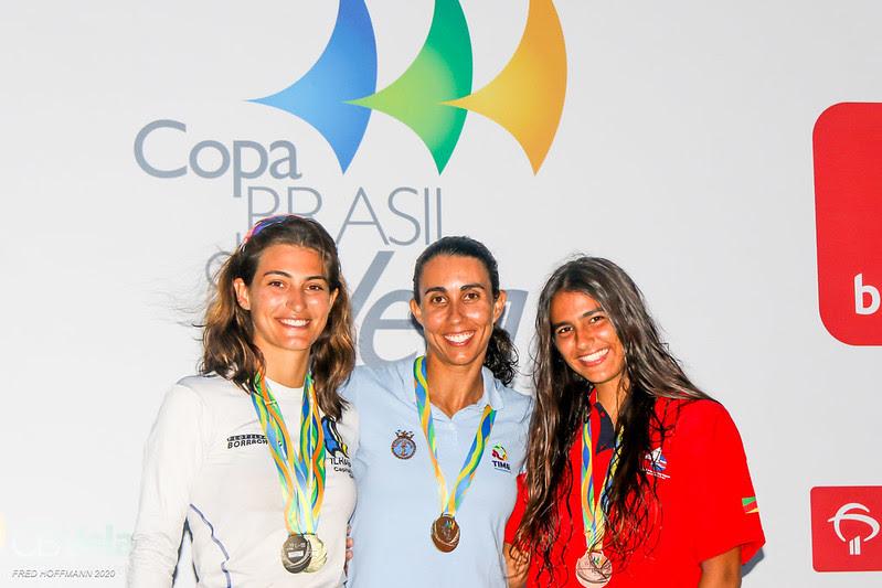 Larissa Ricci no pódio da classe WindFoil da Copa Brasil de Vela.