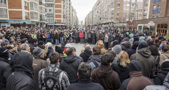 Asamblea de los vecinos del barrio burgalés de Gamonal que protestan por la construcción de un bulevar en la calle Vitoria.