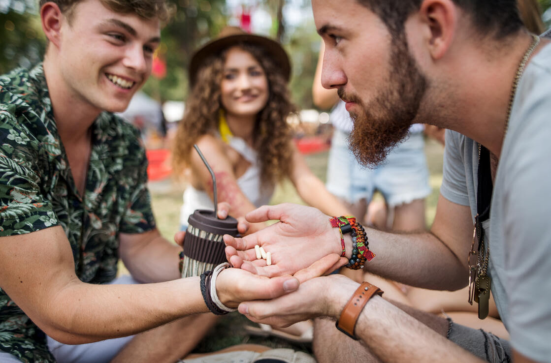 group-of-young-friends-at-summer-festival-drug-dea-WBH9HRP